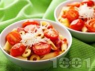 Рецепта Паста с домати, доматен сос, зелени маслини, чесън и сирене пармезан
